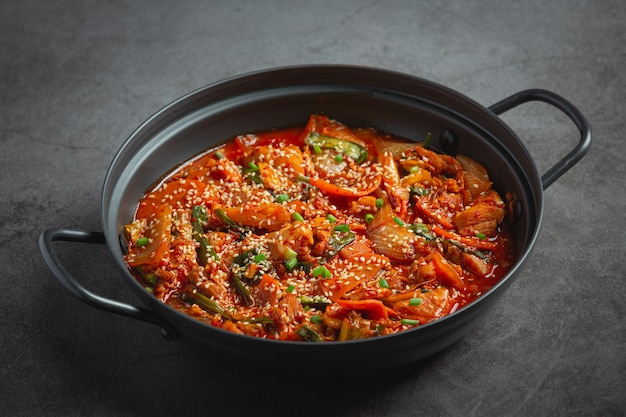 Huhn gebraten in heißem topf mit würziger sauce in koreanischer art