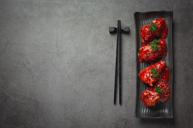 Huhn gebraten in würziger sauce im koreanischen stil