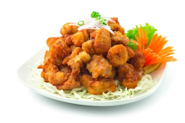 Huhn karaage japanisches gebratenes huhn auf zwiebel und frühlingszwiebeln