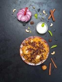 Huhn makbous al-thahera, traditionelles lebensmittel in der arabischen region. nahöstliches essen.