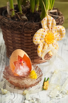 Huhn mit eierschale im nest