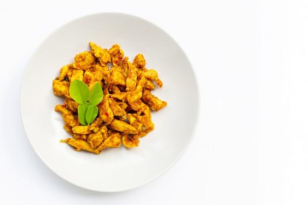 Huhn mit gelber curry-paste auf weißem hintergrund. speicherplatz kopieren