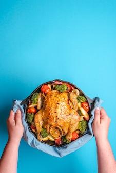 Huhn mit gemüse in einem eisenguss gebacken.