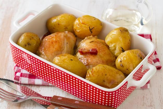 Huhn mit kartoffel im teller