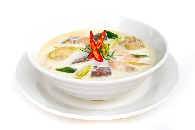 Huhn mit kokosmilchsuppe