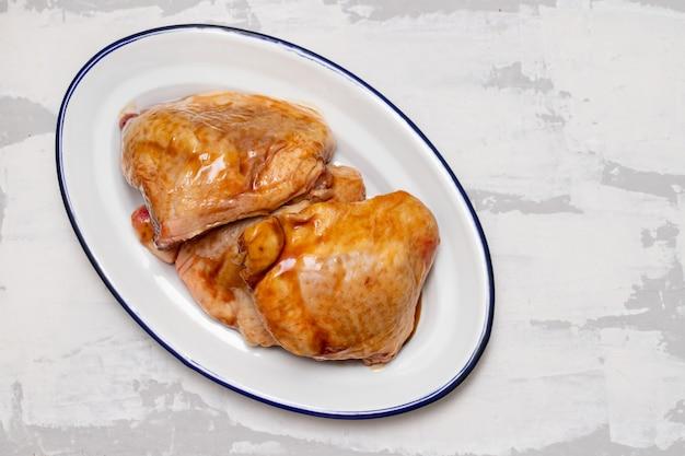 Huhn mit marinade auf teller