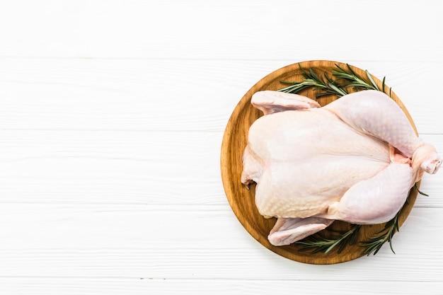Huhn und rosmarin auf platte