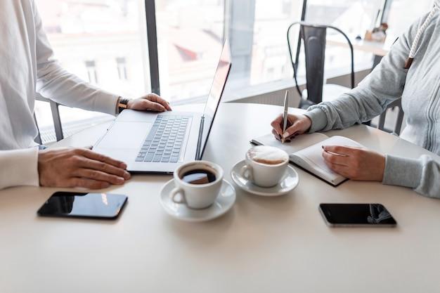 Human manager interviewt einen kandidaten in einer informellen umgebung, die in einem café sitzt