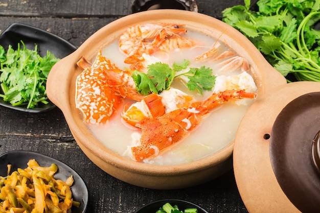 Hummer meeresfrüchte congee in einer kasserolle