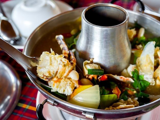 Hummer tom yum. würzige suppe aus traditioneller thailändischer zutat in thailand, die im heißen topf serviert wird. köstliche meeresfrüchte auf thailändische art.