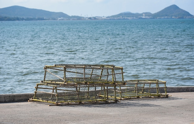 Hummer- und krabbentöpfe stapelten den fischernetzfang