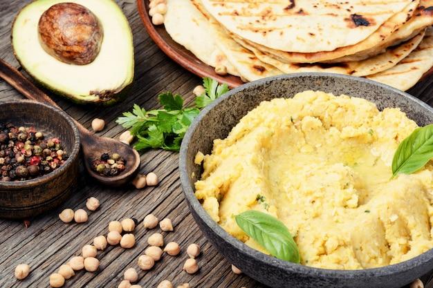 Hummus auf rustikalem holztisch