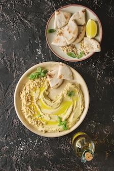 Hummus breitete sich mit nüssen aus