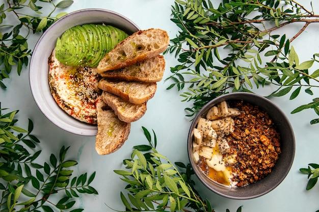 Hummus mit avocado und toast und müsli