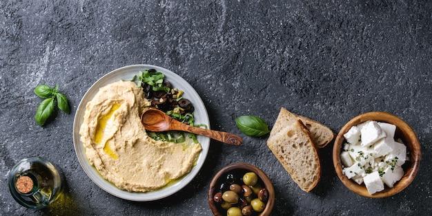 Hummus mit oliven und kräutern