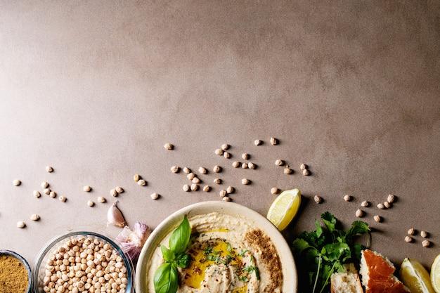 Hummus mit olivenöl und gemahlenem kreuzkümmel