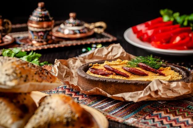 Hummus mit salamiwurst.
