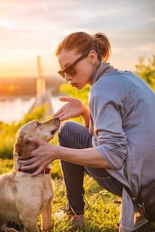 Hund hört ihrem besitzer zu