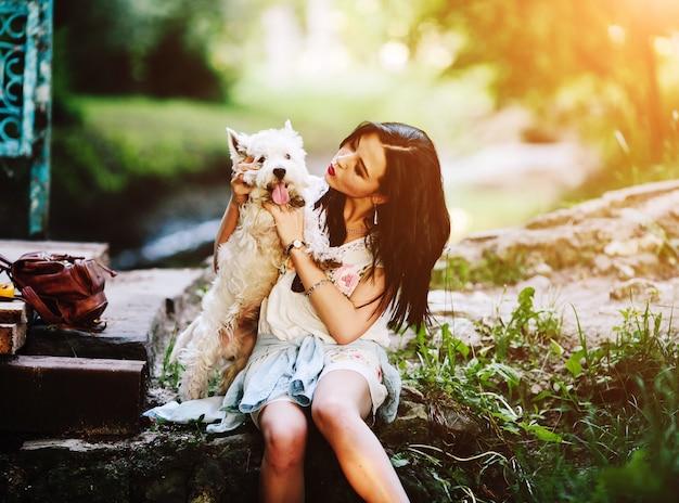 Hund weißer welpe gras im freien
