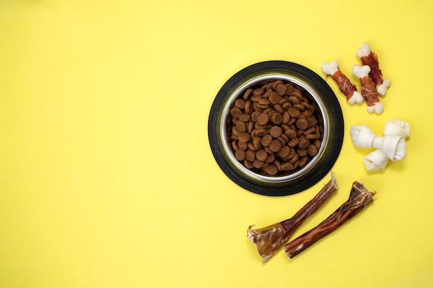 Hundefutter und trockenfutter in einer schüssel mit kopierraum