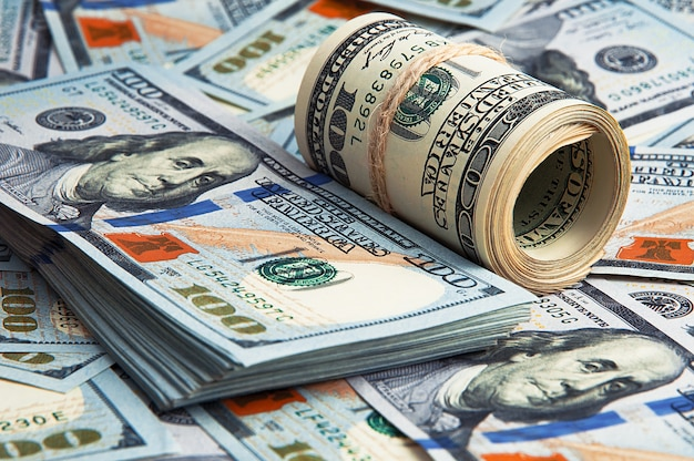 Hundert amerikanische banknoten sind verstreut.
