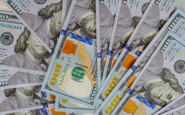 Hundert amerikanische dollarbanknoten schließen oben