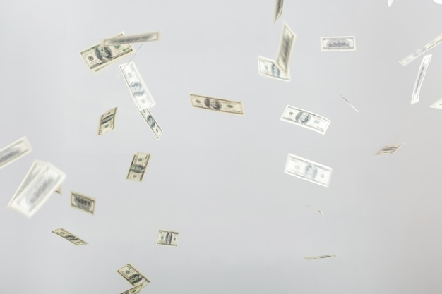 Hundert-dollar-banknoten fliegen