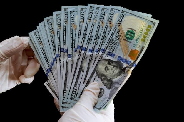 Hundert-dollar-scheine auf schwarzem hintergrund. amerikanisches geld.
