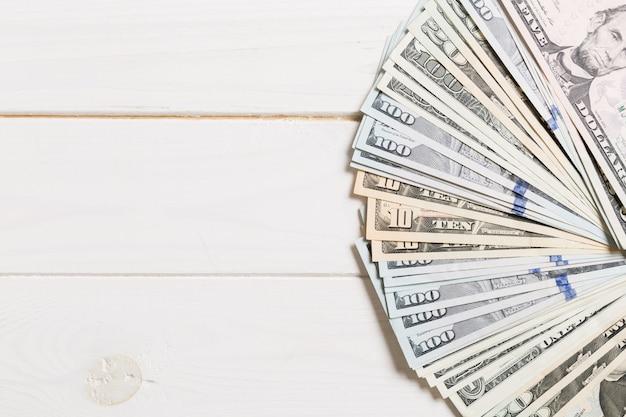 Hundert-dollar-währung auf holztisch