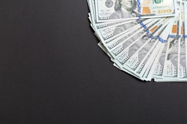Hundert-dollar-währungsfächer schließen, draufsicht des geschäftskonzepts auf farbigem hintergrund mit kopienraum