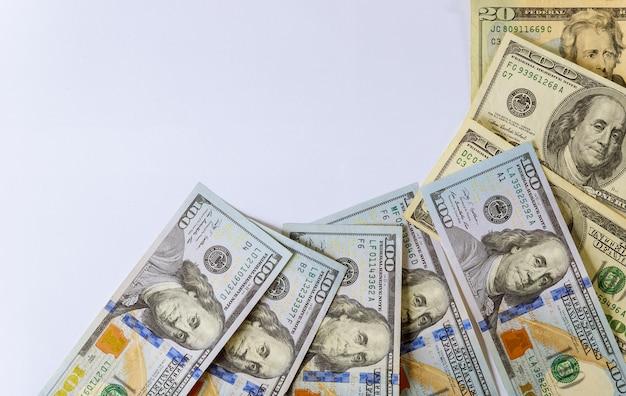 Hundert us-dollar getrennt auf weißem hintergrund