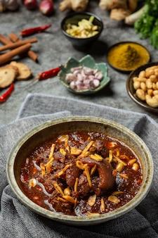 Hunglae curry mit gewürzen und schweinefleisch, lokales essen in nordthailand.