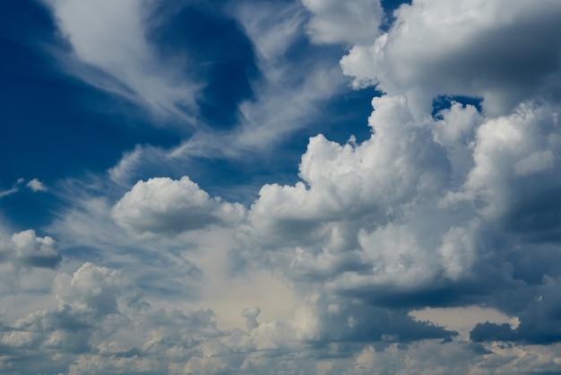 Hurrikanhimmel mit weißen wolken.