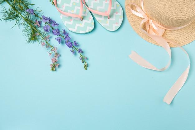Hut, flip-flops und sonnenbrille