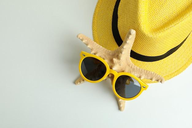 Hut, seestern und sonnenbrille auf weißem hintergrund