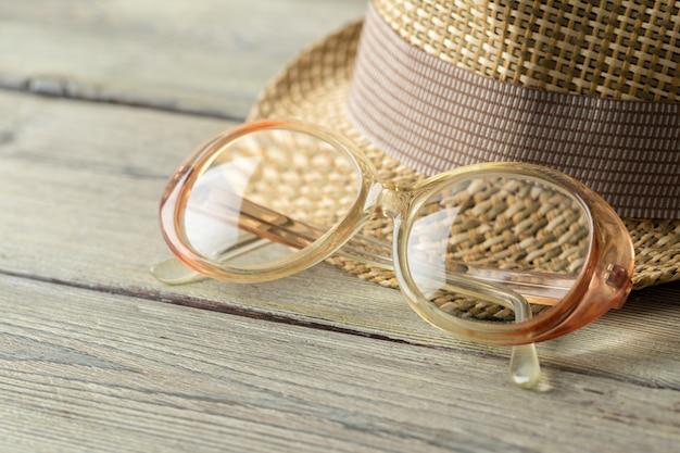 Hut und brille auf holztisch