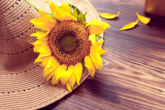 Hut und gelbe sonnenblume