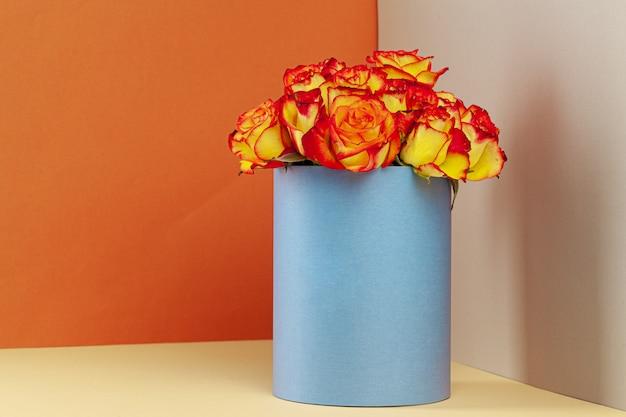 Hutschachtel mit schönem rosenstrauß