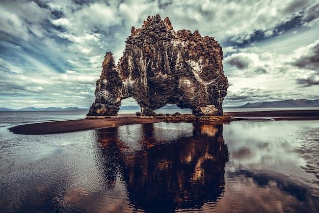 Hvitserkur - der einzigartige basaltfelsen in island.