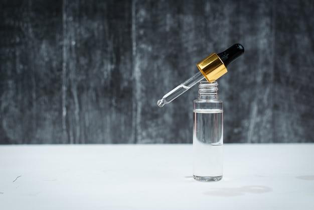 Hyaluronsäure in einer flasche mit pipette, make-up