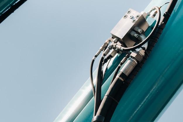 Hydrostatischer kranmotor. das steuerungssystem des kranmotors. hebehydraulikabteilung am autokran. das hydrauliksystem des motors. hydraulikschläuche am kran. autoteile