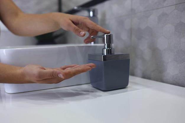 Hygienekonzept. frau händewaschen hautnah. handhygiene bei coronavirus-ausbruch.