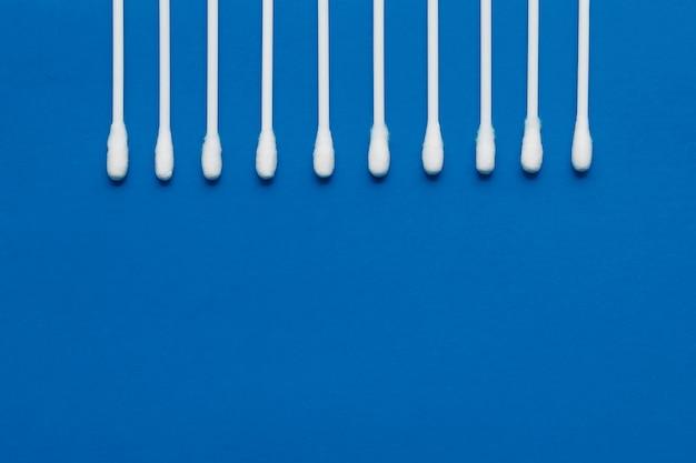 Hygienisch, wattestäbchen auf blauem grund.