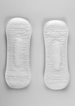 Hygienische tägliche ultradünne slipeinlagen auf weißem hintergrund nahaufnahme