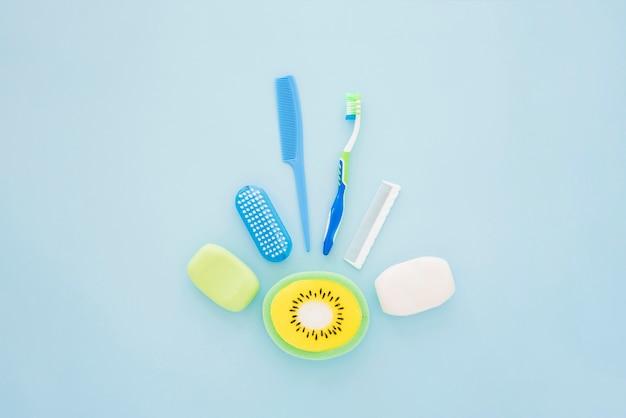 Hygienisches zubehör des jungen auf blauer oberfläche