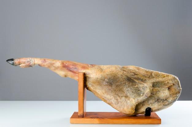 Iberische schinkenkeule, bellota-schinken. gourmet spanisches essen