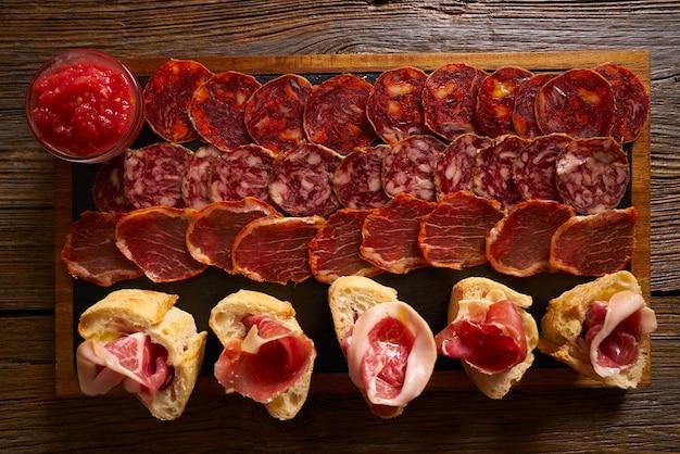 Iberische würste schinkenbrett tapas aus spanien