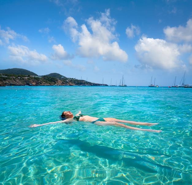 Ibiza-bikinimädchen, das klaren wasserstrand schwimmt