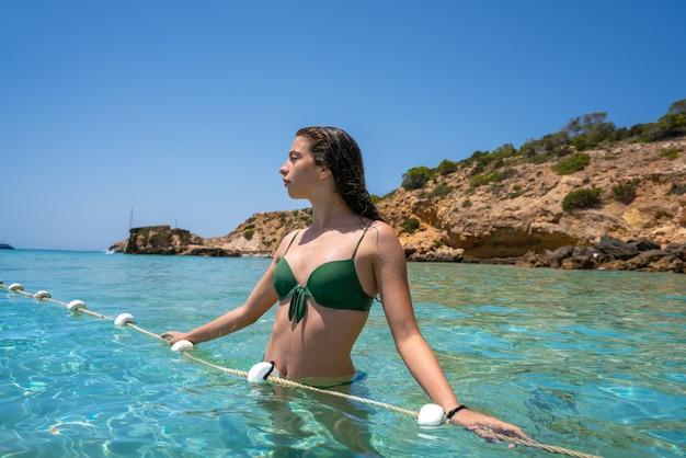 Ibiza bikinimädchen entspannte sich im klaren wasserstrand
