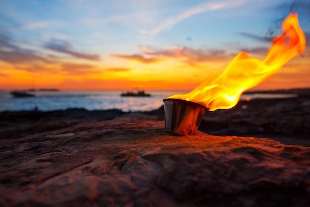 Ibiza-feuer bei sonnenuntergang in sant antonio de portmany